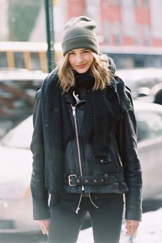 Как и с чем носить: черный палантин, черная кожаная косуха, темно-серая водолазка, черные джинсы скинни