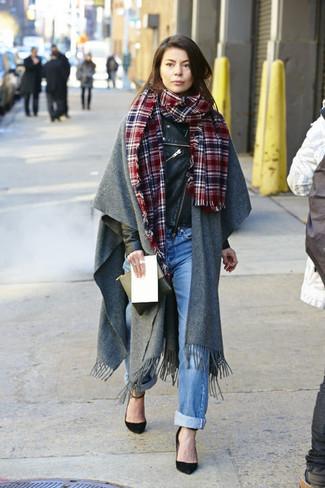 Как и с чем носить: серый палантин, черная кожаная косуха, голубые джинсы-бойфренды, черные замшевые туфли