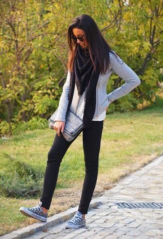 Как и с чем носить: черный палантин, серая косуха, белый топ без рукавов с люверсами, черные леггинсы