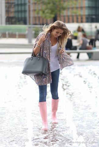 Если ты ценишь комфорт и практичность, белая майка и темно-синие джинсы скинни — отличный вариант стильного повседневного лука. Очень стильно здесь будут смотреться розовая обувь.