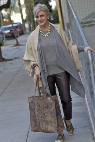 Как и с чем носить: бежевый палантин, серый открытый кардиган, серый свитер с круглым вырезом, темно-коричневые кожаные узкие брюки