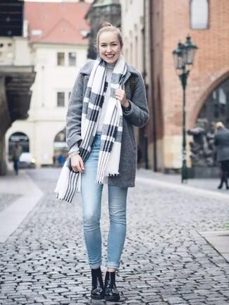 Как и с чем носить: серый палантин в шотландскую клетку, серое пальто, серая водолазка, голубые джинсы скинни