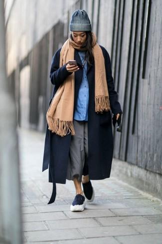 Как и с чем носить: светло-коричневый палантин, темно-синее пальто, синяя классическая рубашка, серые брюки-кюлоты
