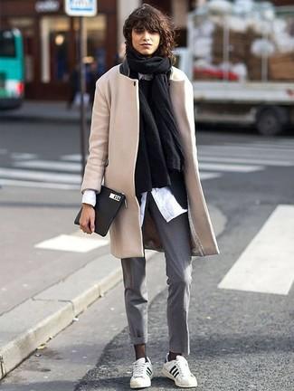 Как и с чем носить: черный палантин, бежевое пальто, черный пиджак, черный свитер с круглым вырезом