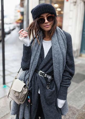 Как и с чем носить: серый палантин, темно-серое пальто, белый свитер с круглым вырезом, черные джинсы скинни