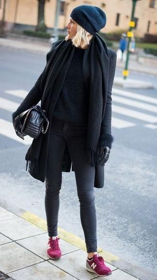 Как и с чем носить: черный палантин, черное пальто, черный пушистый свитер с круглым вырезом, темно-серые джинсы скинни
