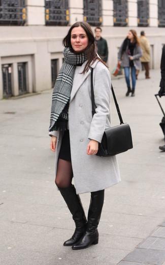 Как и с чем носить: серый палантин в шотландскую клетку, серое пальто, серый свитер с круглым вырезом, черная мини-юбка