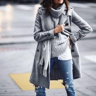 Серый свитер с хомутом: с чем носить и как сочетать женщине: Если ты запланировала суматошный день, сочетание серого свитера с хомутом и синих рваных джинсов скинни позволит создать практичный образ в повседневном стиле.