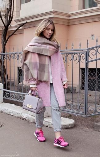 Как и с чем носить: розовый палантин, розовое пальто, белый свитшот, серые спортивные штаны