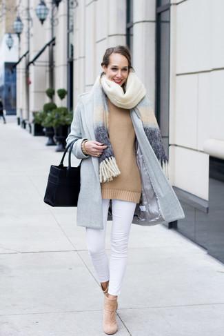 Как и с чем носить: голубой палантин, голубое пальто, светло-коричневый свободный свитер, белые джинсы скинни