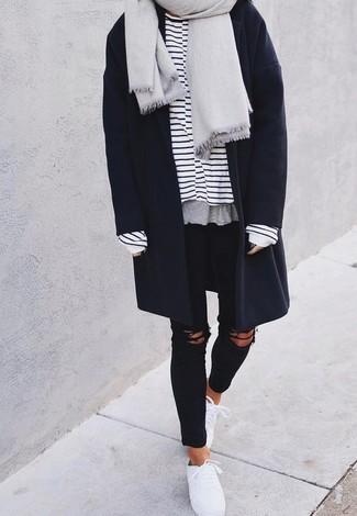 Как и с чем носить: серый палантин, темно-синее пальто, бело-темно-синяя футболка с длинным рукавом в горизонтальную полоску, черные рваные джинсы скинни