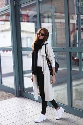 Как и с чем носить: черный палантин, бежевый плащ, белый короткий свитер, черные джинсы скинни