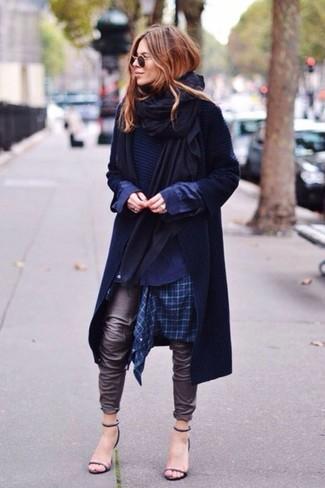 Как и с чем носить: черный палантин, темно-синий плащ, темно-синий свитер с круглым вырезом, темно-синяя классическая рубашка в шотландскую клетку
