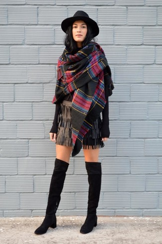 Модный лук: Черный палантин в шотландскую клетку, Черный свитер с круглым вырезом, Черная кожаная мини-юбка c бахромой, Черные замшевые ботфорты
