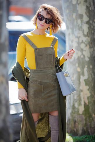 Темно-красные солнцезащитные очки: с чем носить и как сочетать женщине: Желтый свитер с круглым вырезом и темно-красные солнцезащитные очки — превосходное решение для женщин, которые постоянно в движении. В паре с серыми замшевыми ботфортами такой образ выглядит особенно модно.