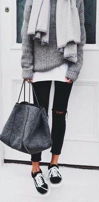 Как и с чем носить: серый палантин, серый вязаный свободный свитер, белая футболка с круглым вырезом, черные рваные джинсы скинни