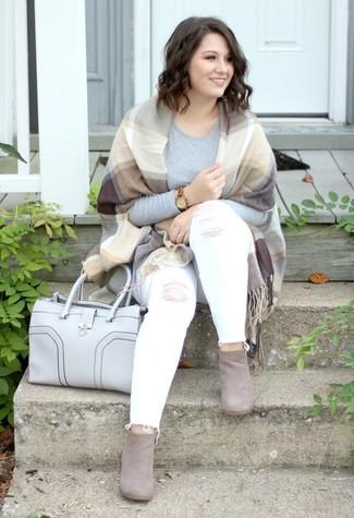 Как и с чем носить: светло-коричневый палантин в шотландскую клетку, серая футболка с длинным рукавом, белые рваные джинсы скинни, серые замшевые ботильоны