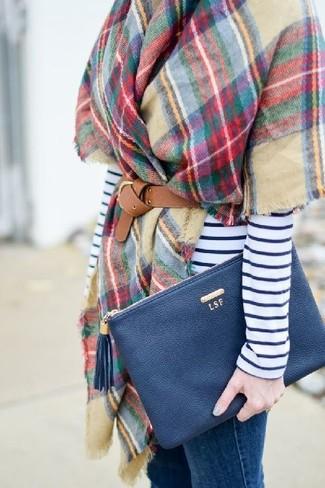 Как и с чем носить: разноцветный палантин в клетку, бело-темно-синяя футболка с длинным рукавом в горизонтальную полоску, синие джинсы скинни, темно-синий кожаный клатч