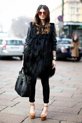 Как и с чем носить: черное меховое пальто без рукавов, черный кожаный бомбер, черные джинсы скинни, светло-коричневые кожаные массивные босоножки на каблуке