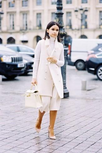 Модные женские луки 2020 фото: Белое пальто без рукавов и белые брюки-кюлоты прочно закрепились в гардеробе многих модниц, позволяя создавать эффектные и практичные ансамбли. Бежевые замшевые туфли станут прекрасным дополнением к твоему ансамблю.