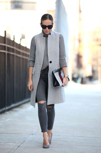 Как и с чем носить: серое пальто без рукавов, серая вязаная водолазка, темно-серые рваные джинсы скинни, серые замшевые туфли