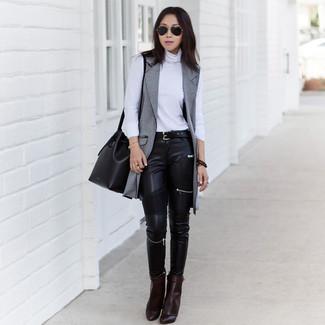 Как и с чем носить: серое пальто без рукавов, белая водолазка, черные кожаные джинсы скинни, темно-коричневые кожаные ботильоны