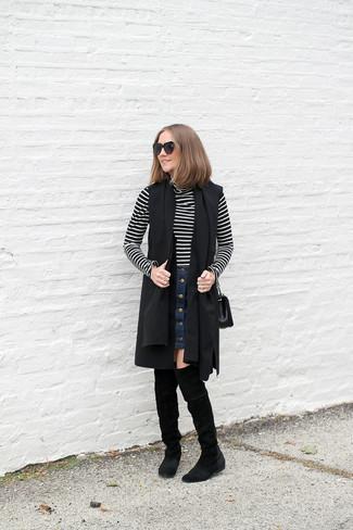 Модный лук: Черное пальто без рукавов, Черно-белая водолазка в горизонтальную полоску, Темно-синяя джинсовая юбка на пуговицах, Черные замшевые ботфорты