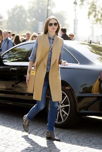 Как и с чем носить: светло-коричневое пальто без рукавов, синяя классическая рубашка из шамбре, синие джинсы, серые кожаные ботильоны со змеиным рисунком