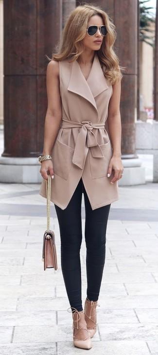 Как и с чем носить: светло-коричневое пальто без рукавов, черные леггинсы, бежевые кожаные туфли, розовая кожаная сумка-саквояж