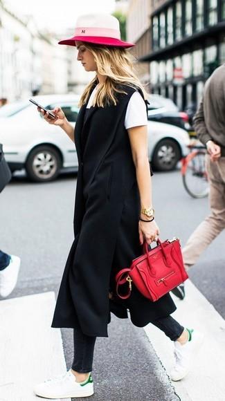 Как и с чем носить: черное пальто без рукавов, черное платье-комбинация, белая футболка с круглым вырезом, черные джинсы скинни