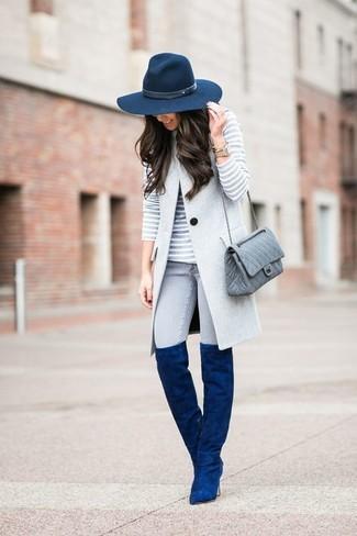 Модный лук: Серое пальто без рукавов, Серый свитер с круглым вырезом в горизонтальную полоску, Серые джинсы скинни, Синие замшевые ботфорты