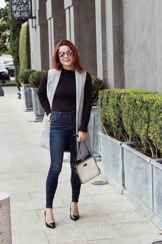 Как и с чем носить: серое пальто без рукавов, черный свитер с круглым вырезом, темно-синие джинсы скинни, черные кожаные туфли