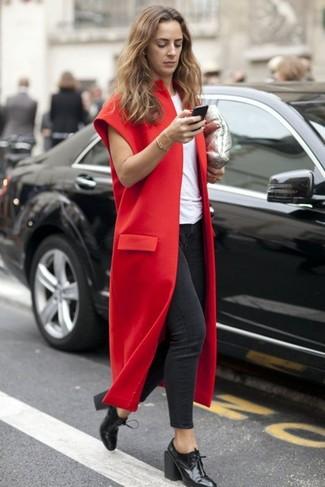 С чем носить темно-красное пальто без рукавов: Темно-красное пальто без рукавов и темно-серые джинсы скинни — необходимые элементы в гардеробе дам с отменным вкусом в одежде. В тандеме с этим нарядом прекрасно будут смотреться черные кожаные ботильоны на шнуровке.