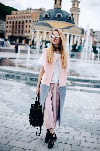 Как и с чем носить: розовое пальто без рукавов, белая футболка с круглым вырезом, розовая юбка-миди со складками, черные замшевые ботильоны с вырезом