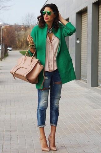 Сочетание зеленого пальто и синих рваных джинсов скинни подчеркнет твой индивидуальный стиль. Разнообразить образ и добавить в него немного классики помогут светло-коричневые кожаные туфли.