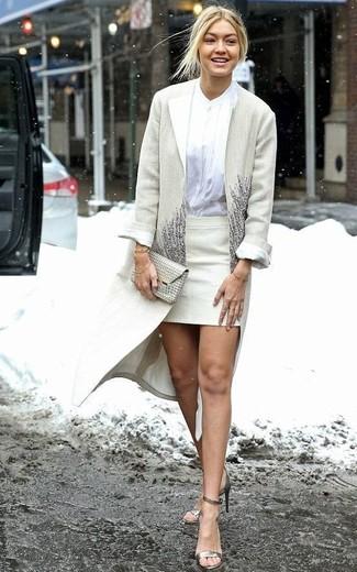 Как и с чем носить: бежевое пальто, белая блуза на пуговицах, бежевая мини-юбка, золотые кожаные босоножки на каблуке