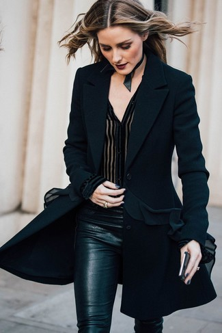 Как Olivia Palermo носит Черное пальто, Черная шифоновая блуза на пуговицах, Черные узкие брюки, Черное кожаное ожерелье-чокер