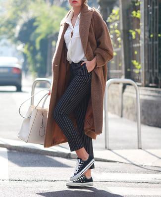 Как и с чем носить: коричневое пальто, белая блуза на пуговицах, черно-белые узкие брюки в вертикальную полоску, черно-белые низкие кеды из плотной ткани