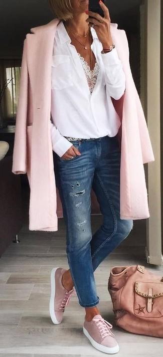 Как и с чем носить: розовое пальто, белая блуза на пуговицах, белый кружевной укороченный топ, темно-синие рваные джинсы