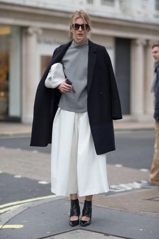 Как и с чем носить: черное пальто, серая блуза с коротким рукавом в клетку, белые брюки-кюлоты, черные кожаные ботильоны с вырезом