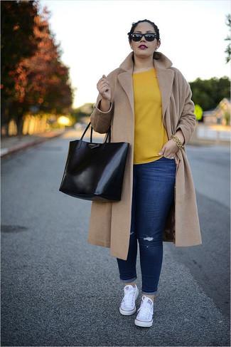 Как и с чем носить: светло-коричневое пальто, желтая блуза с коротким рукавом, темно-синие рваные джинсы скинни, белые низкие кеды из плотной ткани