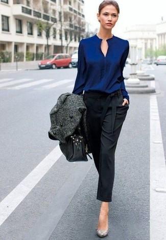 Как и с чем носить: темно-серое пальто, темно-синяя блузка с длинным рукавом, черные брюки-галифе, серые кожаные туфли со змеиным рисунком