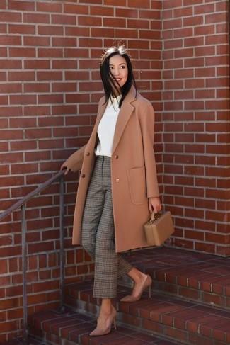 Как и с чем носить: светло-коричневое пальто, белая блузка с длинным рукавом, оливковые брюки-галифе в шотландскую клетку, коричневые замшевые туфли