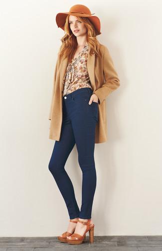 Модный лук: Светло-коричневое пальто, Бежевая блузка с длинным рукавом с цветочным принтом, Темно-синие джинсы скинни, Светло-коричневые кожаные босоножки на каблуке