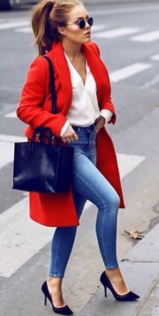 Темно-синяя кожаная большая сумка: с чем носить и как сочетать: Красное пальто и темно-синяя кожаная большая сумка — отличный образ для активного выходного дня. Черные замшевые туфли органично впишутся в лук.