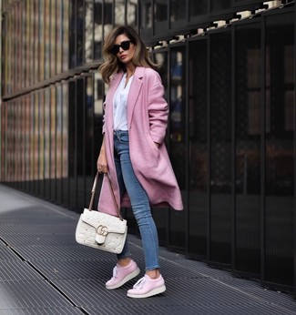 Как и с чем носить: розовое пальто, белая блузка с длинным рукавом, синие джинсы скинни, розовые кожаные низкие кеды