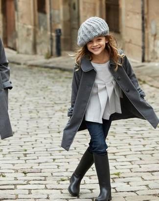 Как и с чем носить: темно-серое пальто, серая блузка с длинным рукавом, темно-синие джинсы, черные резиновые сапоги