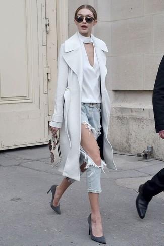 Как и с чем носить: белое пальто, белая блузка с длинным рукавом, голубые рваные джинсы, темно-серые замшевые туфли