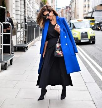 Как и с чем носить: синее пальто, черная блузка с длинным рукавом, черная длинная юбка со складками, черные ботильоны на резинке