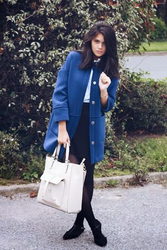 Как и с чем носить: синее пальто, голубая блузка с длинным рукавом, черная мини-юбка, черные замшевые балетки